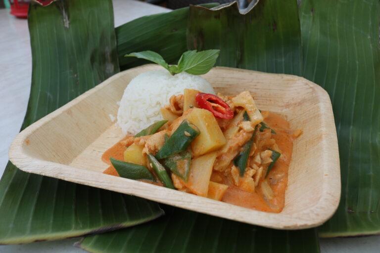 Rotes Curry mit Jasminreis natur